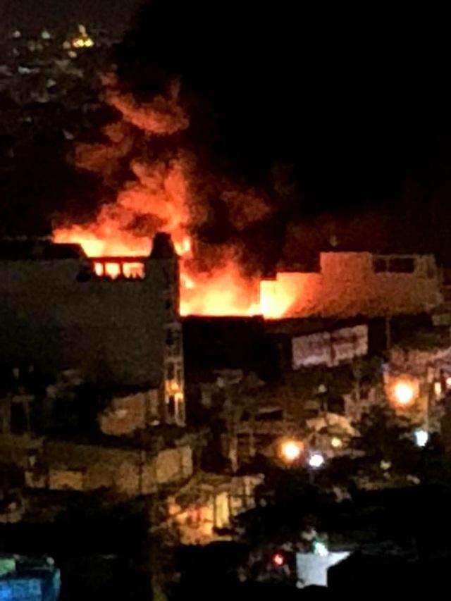 Xưởng nhựa ở Sài Gòn bùng cháy dữ dội - 1