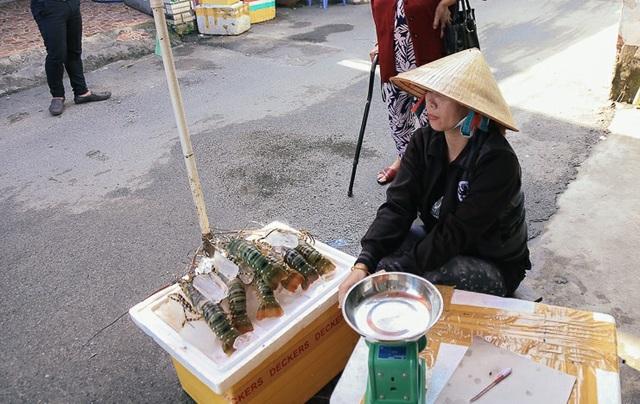 Những con tôm hùm được vớt vát sau bão gửi từ quê vào Sài Gòn bán