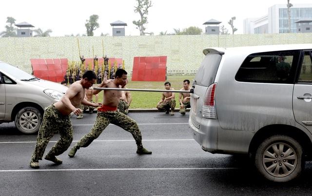 """Bộ đội đặc công lấy họng """"chọi"""" mũi giáo, dùng răng kéo ô tô - 1"""
