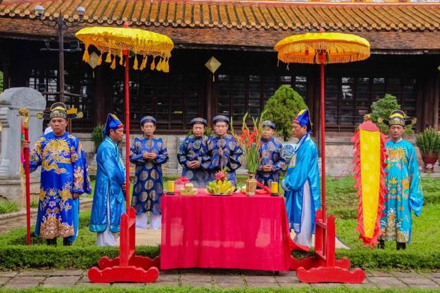 Lãnh đạo UBND tỉnh Thừa Thiên Huế cùng đại diện Trung tâm Bảo tồn Di tích Cố đô Huế tiến hành nghi lễ cúng bái ở Điện Long An - điểm dựng cây nêu thứ hai