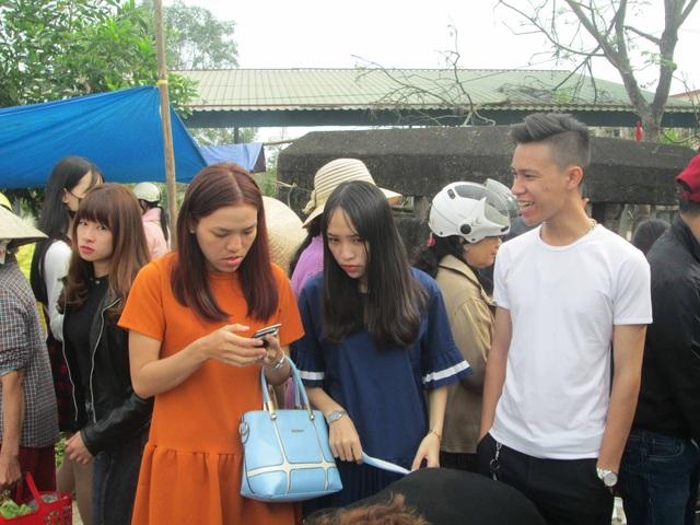 Nhiều bạn trẻ cũng đi chợ để tìm hiểu nét văn hóa cha ông