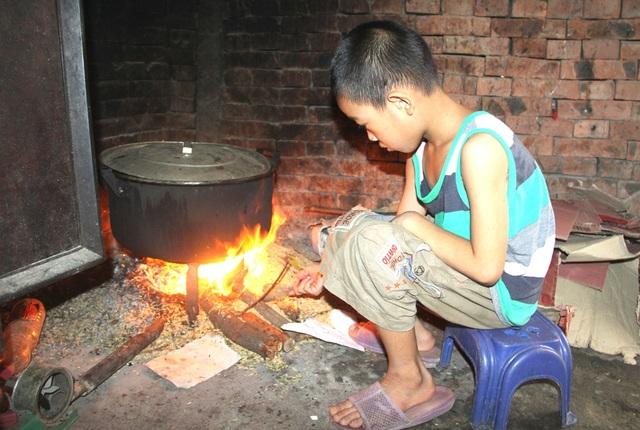 Từ ngày bố bỏ rơi năm anh em, mọi việc trong nhà các con chị Huệ còn nhỏ đều phải làm việc nhà như nấu cơm, nấu nước...