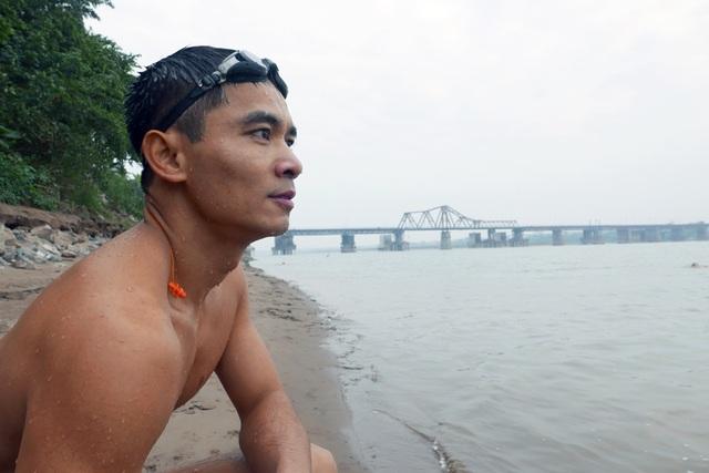 Phút nghỉ ngơi, nhìn ngắm sông Hồng và thành phố Hà Nội trong buổi sáng đầu tiên của năm mới…