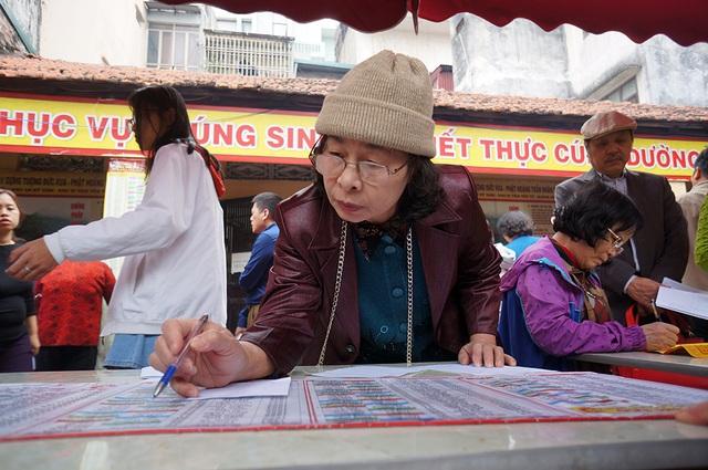 Người phụ nữ đứng tuổi cẩn thận tính toán các sao xấu theo bảng hướng dẫn.  Sao chiếu mệnh và dâng sao giải hạn là quan niệm tâm linh riêng của khá nhiều người, không có trong phong tục Việt Nam và không chính thức tồn tại trong các nghi lễ của đạo Phật. Tuy nhiên, dâng sao giải hạn vẫn được nhiều người Việt thực hiện và coi như là biện pháp tâm linh để cầu mong những điều may mắn đến với bản thân, gia đình, cộng đồng, tránh những vận hạn không tốt.