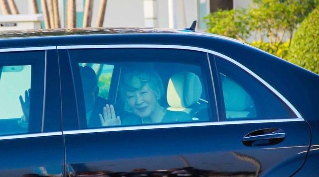 Nhật hoàng Akihito và Hoàng hậu Michiko vẫy tay chào người dân Việt Nam.