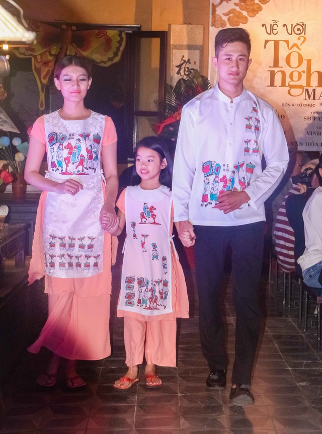 Bộ sưu tập áo dài in tranh Đông Hồ với những hình ảnh quan Trạng về làng, lễ hội Tết… thu hút nhiều khán giả với sự độc đáo, tinh tế