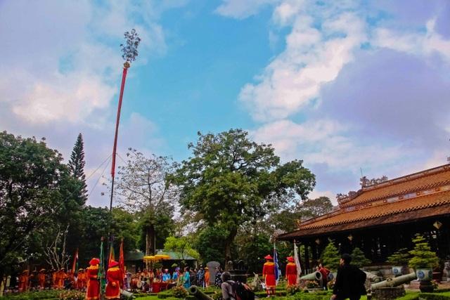 Cây nêu dựng lên trong Hoàng cung Huế
