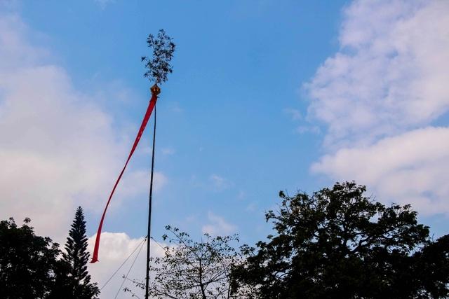 Cây nêu đã được dựng lên trong nắng gió mùa xuân. Cây nêu trong Hoàng cung Huế là biểu tượng cho sự may mắn với mong muốn mưa thuận gió hòa trong năm mới Đinh Dậu 2017