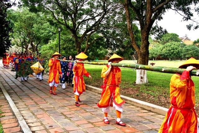 Đoàn lính rước nêu trong điệu nhạc cung đình rộn rã