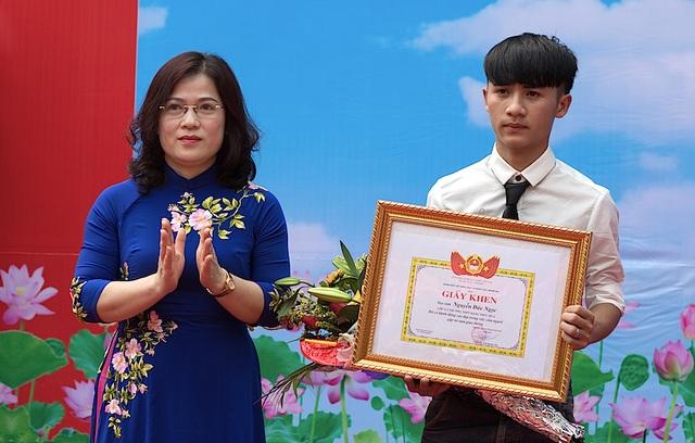 Bà Nguyễn Thị Kim Chi - GĐ Sở GD&ĐT Nghệ An trao Giấy khen cho em Nguyễn Đức Ngọc.