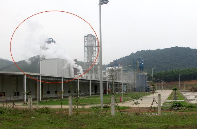 Cột khói thải ra từ phía nhà máy chế biến gỗ Nghệ An.