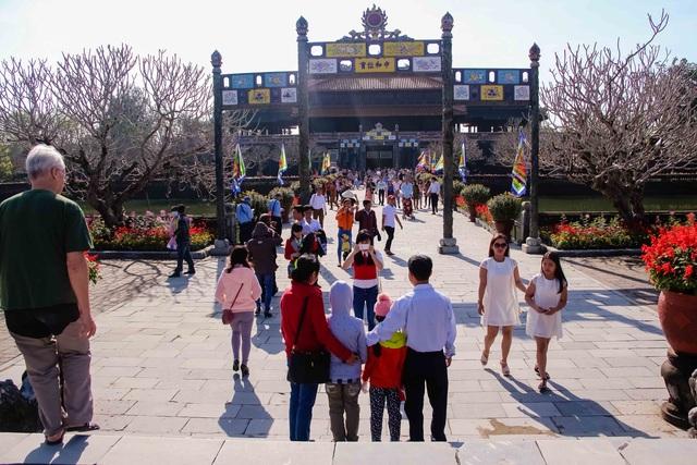 Người dân nô nức chơi Tết tại Hoàng cung Huế - 3
