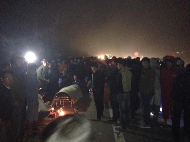 Rất đông người dân ra đường theo dõi vụ việc