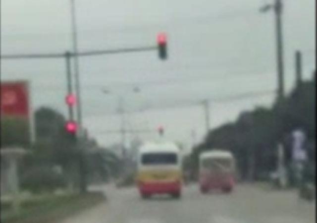 Hình ảnh hai xe buýt đua nhau vượt đèn đỏ. (Ảnh cắt từ clip)
