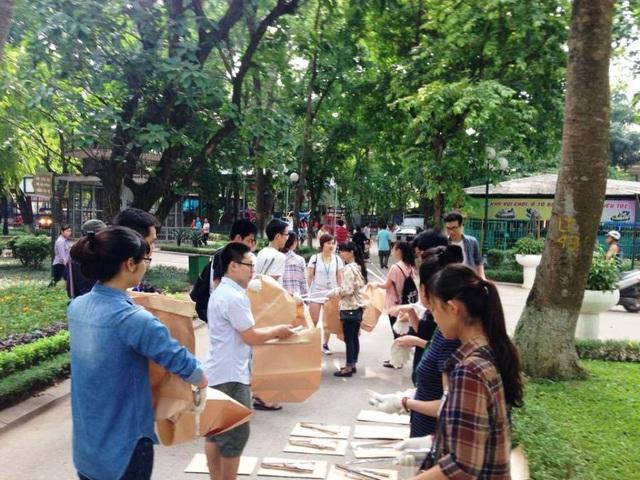 Kẹp nhặt rác, bao tay, túi giấy được trang bị cho các bạn tình nguyện viên.