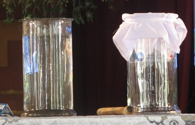 Hai bình nước bẩn và nước sạch sau khi được lọc.