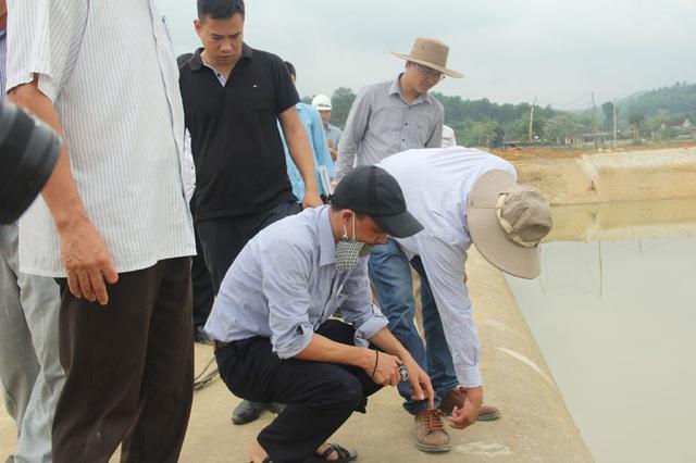 Các thành viên trong đoàn công tác của Cục quản lý xây dựng công trình Bộ NN&PTNT kiểm tra cẩn thận các vết nứt đã được nhà thầu xử lí bằng chất phụ gia.
