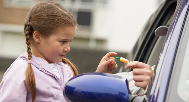 Trẻ em cần cảnh giác với những món quà bất thường và lời nhờ giúp đỡ từ người lạ khi xung quanh vẫn còn những người lớn khác. Bởi thông thường mọi người sẽ tìm sự giúp đỡ từ người trưởng thành trước khi nhờ đến trẻ em.