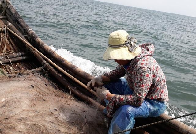 Gỡ lưới thu hoạch tôm tít ngay trên bè giữa biển khơi