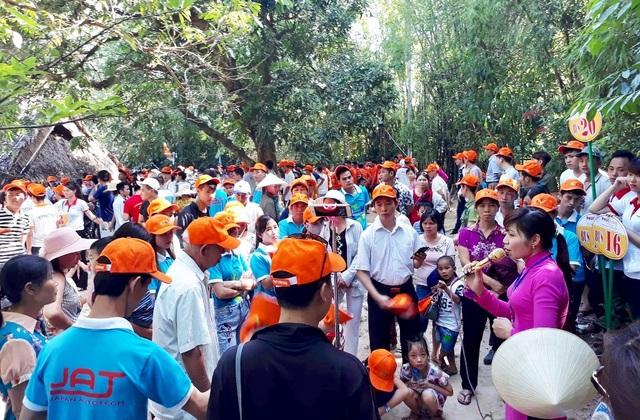Ban tổ chức chương trình đưa gần 1.300 đại biểu từ Hà Nội đến Khu di tích đặc biệt Quốc gia Kim Liên - Nam Đàn.