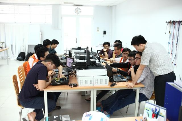 Sinh viên VGU trong giờ học thực hành