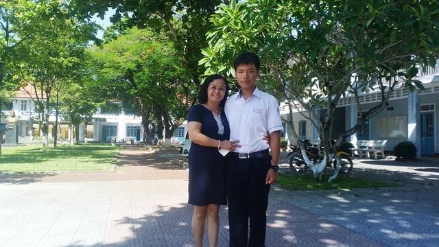 Cô Hoàng Thị Kiều Dung, Hiệu trưởng trường THPT Nguyễn Huệ chúc mừng tân thủ khoa tỉnh là học sinh trường - em Nguyễn Khoa Bảo