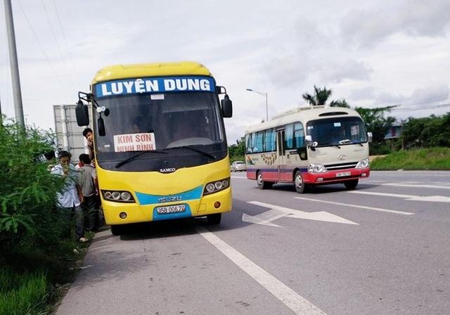 Xe khách chạy tuyến Quảng Ninh - Ninh Bình chở quả số người quy định bị CSGT Hải Phòng dừng xe kiểm tra