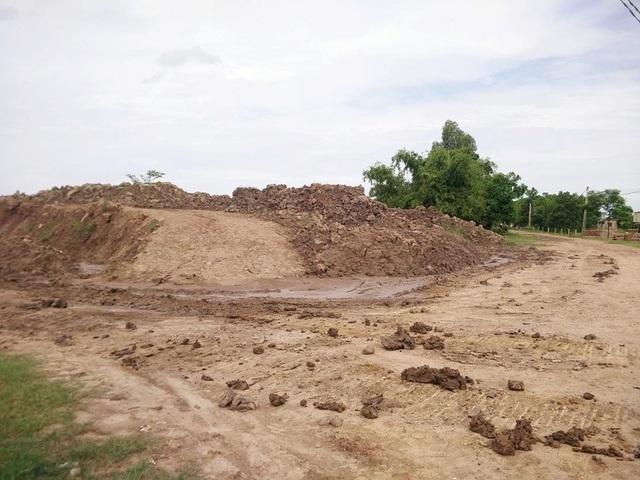 Diện tích đất 9.674 m2 ngoài đê sông Vạc được UBND xã Khánh Dương cho công ty Trường Thành thầu làm bãi tập kết nguyên liệu.