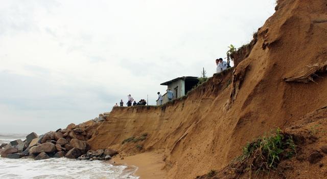 Sóng biển tiếp tục xâm thực mạnh vào khu vực thờ miếu của người dân