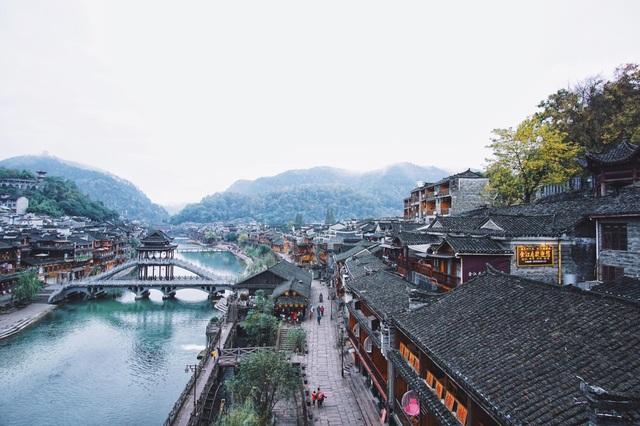 Nhìn từ trên cao, Đà Giang như một dải lụa màu thiên thanh trải dài theo phố cổ, đôi bờ được nối liền bởi những cây cầu gỗ xinh xinh, thanh mảnh
