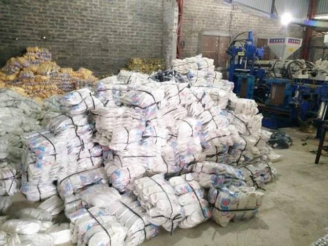 Số lượng dép nhựa cơ sở sản xuất của ông Mãn làm tăng gấp đôi so với đề án được cấp phép.