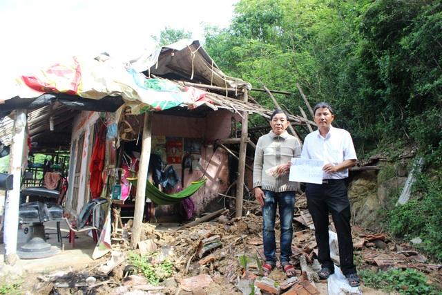 Thầy Mênh đại diện cho các mạnh thường quân trao quà cho 1 gia đình bị sập nhà do bão số 12