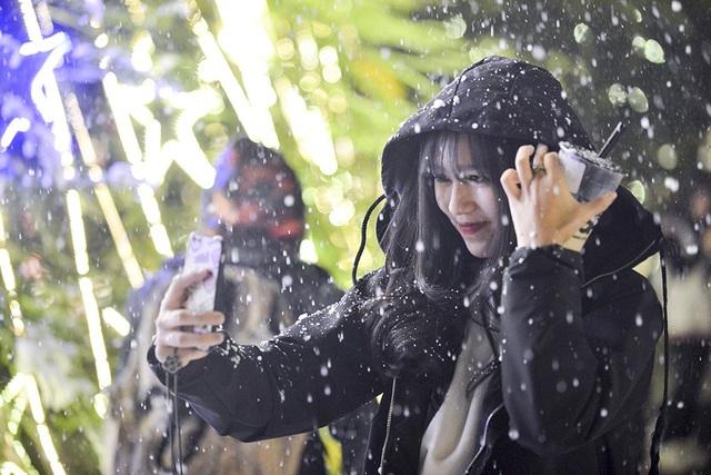 """Giới trẻ thích thú với """"tuyết rơi"""" ở Hà Nội - 9"""