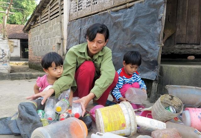 Ngoài thời gian đi nhặt rác thuê, chị Hùng còn phải đến trường mầm non mỗi buổi chiều để nhà trường trừ tiền học cho con.