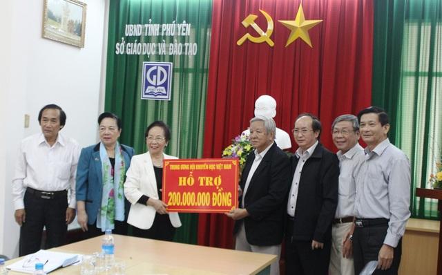Chủ tịch Hội Khuyến học Việt Nam Nguyễn Thị Doan trao 200 triệu đồng cho Hội Khuyến học tỉnh Phú Yên