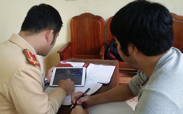 PV Dân trí làm việc với Thượng úy Đoàn Anh Dũng - người thụ lý vụ tai nạn trên.