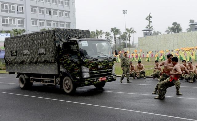 """Bộ đội đặc công lấy họng """"chọi"""" mũi giáo, dùng răng kéo ô tô - 9"""