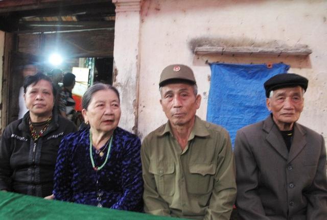 Bà Trần Thị Xoan, cụ Nguyễn Thị Kim Lý, ông Nguyễn Thạc Thư, cụ Nguyễn Đình Huân - những cảm tử đào, gánh bom năm xưa và tuổi tác đã già bây giờ.