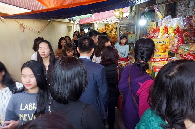 Càng về chiều, lượng người đến chùa Phúc Khánh càng đông khiến lối vào vốn đã nhỏ hẹp càng trở nên quá tải.