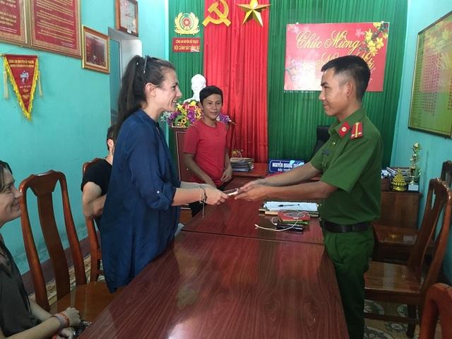 Lực lượng công an trả lại tài sản cho du khách nước ngoài