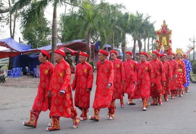 Đoàn Rước kiệu Ngọc lộ gồm một đoàn rước khoảng 200 người