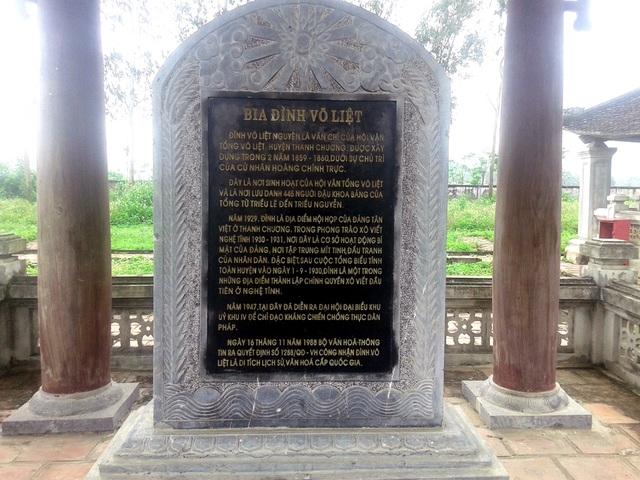 Bia đá khắc ghi lại lịch sử của Đình Võ Liệt.