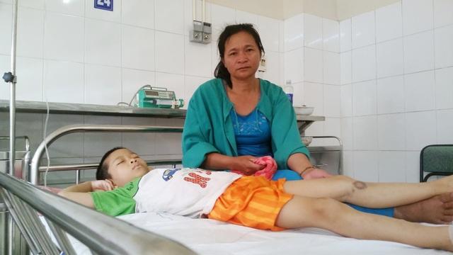 8 năm nay, hai mẹ con chị Liếu, cháu Sang vẫn cùng nhau điều trị bệnh nhưng càng ngày hy vong càng ít lại vì không có chi phí chữa trị cho con