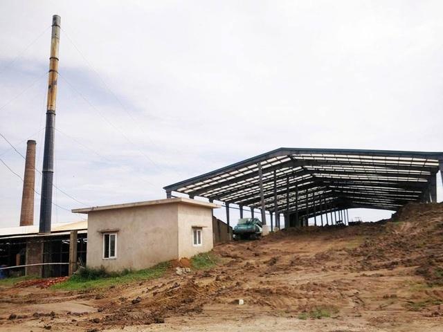 Xưởng nguyên liệu của nhà máy gạch Khánh Dương nằm ngay sát chân đê sông Vạc, đất vương vãi khắp hành lang bảo vệ đê.