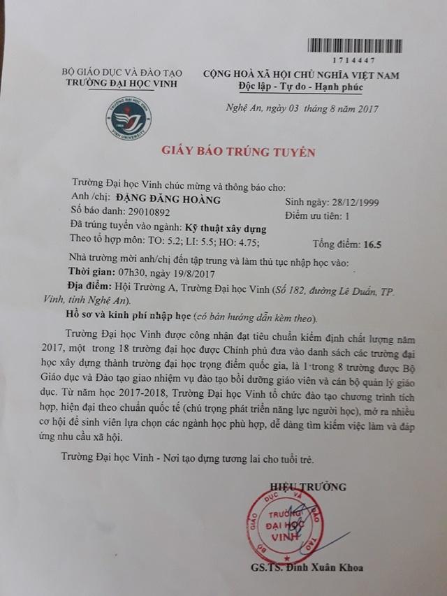 Theo giấy trúng tuyển của trường ĐH Vinh nhưng em Hoàng vẫn chưa thể đi nhập học vì điều kiện không cho phép
