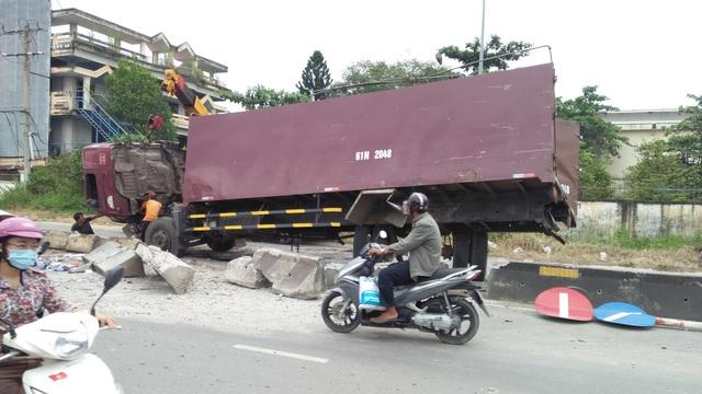 Dải phân cách bị húc bể nát, xe tải đang được di chuyển khỏi hiện trường