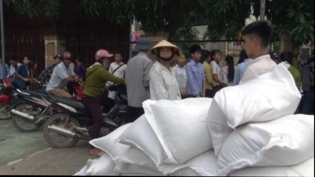Các em cho biết, mỗi lần được cấp 50kg gạo, không bảo quản được, ăn không hết, đem bán lấy tiền chi phí cho việc ở trọ.
