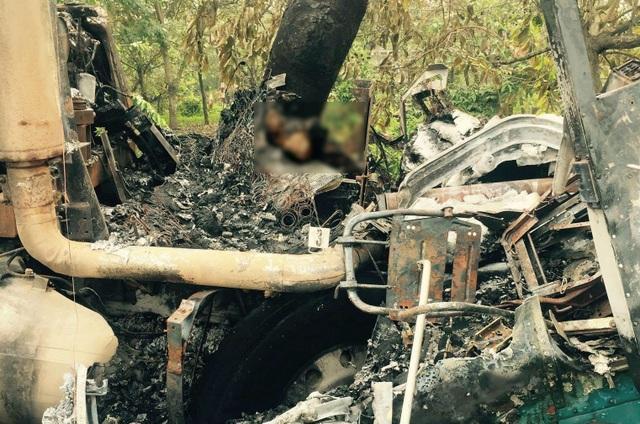 Đầu xe bị cháy rụi, nam tài xế không thoát kịp đã tử vong trong cabin.