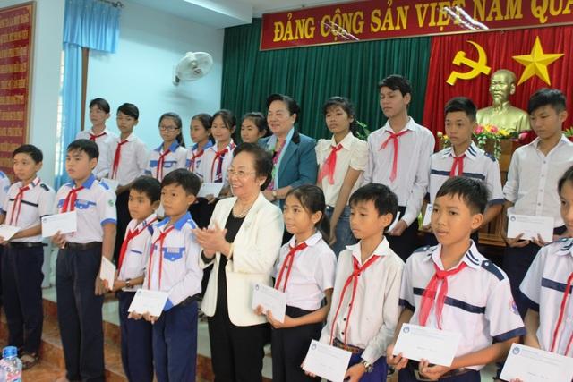 Chủ tịch Hội Khuyến học Việt Nam Nguyễn Thị Doan trao tận tay 20 suất quà mỗi suất 1 triệu đồng cho các em thuộc diện gia đình hoàn cảnh khó khăn ở huyện Đông Hòa