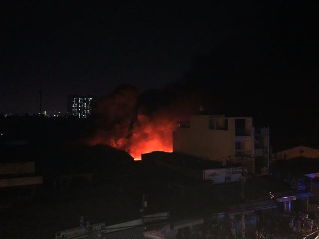Xưởng nhựa ở Sài Gòn bùng cháy dữ dội - 7